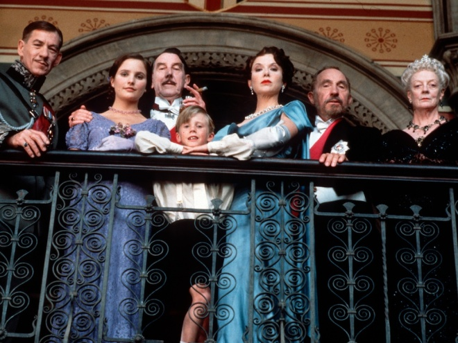 richard-III-1995-001-group-ian-mckellen-kate-steavenson-payne-john-wood-annette-bening-nigel-hawthorne-maggie-smith-balcony-looking-down-1000x750
